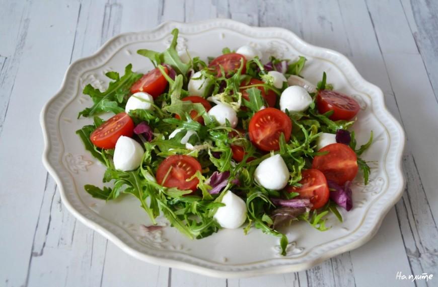 Салат из томатов черри с моцареллой